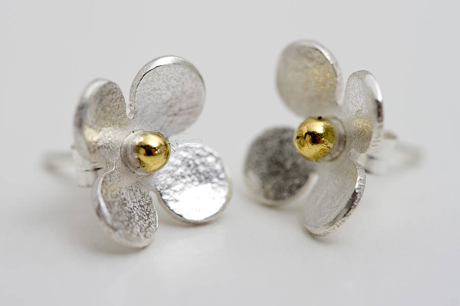 Silver daisy stud earrings